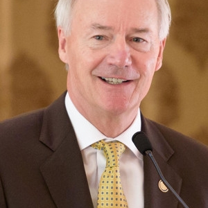 Arkansas Ethics Panel Says Governor OK to Campaign